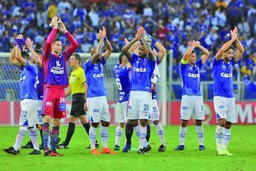 Cruzeiro vence a Racing y toma el liderato del Grupo E