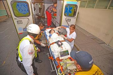 Alumna sobrevive tras caer de un segundo piso