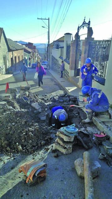Continúan presentándose fugas de agua en varias calles