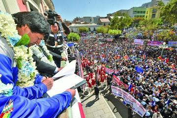 Morales promulga decreto para jubilación de choferes