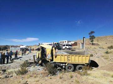Camión cae sobre un  automóvil y despedaza a todos sus ocupantes
