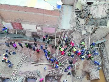 Rescatan con vida a un obrero y a otro muerto tras ser sepultados