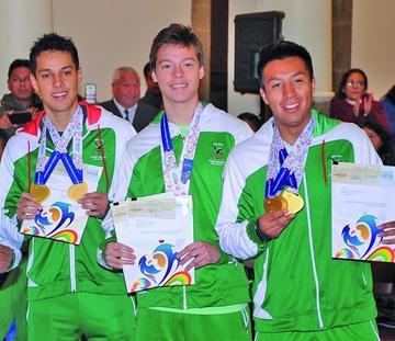 Deportistas reciben premios  por medallas conseguidas