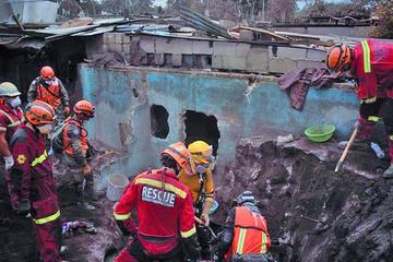 Guatemala busca más víctimas en medio de explosiones volcánicas