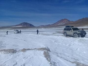 Limpian caminos cubiertos por la nieve en el sudoeste potosino