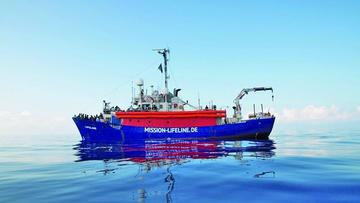Barco con inmigrantes sigue en el mar tras rechazo de dos países