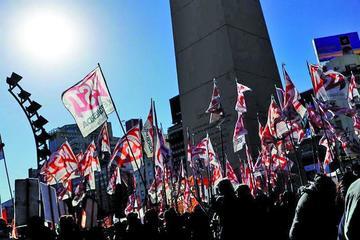 Sindicatos paran y piden cambio de política económica argentina