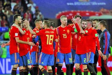 España empata en el final  y se queda como líder