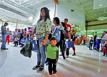 Celebran decisión de reunificar a familias inmigrantes en EE.UU.