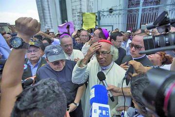 Parapolicías irrumpen en templo y agreden a obispos de Nicaragua