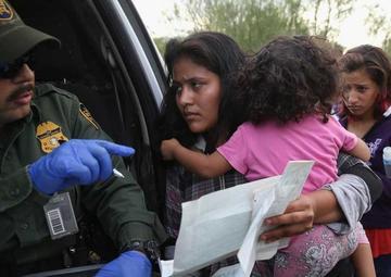 Un juez frena deportaciones de familias reunificadas en EE.UU.