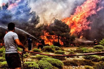 Incendios en la costa de Atenas en Grecia provocan 74 muertos