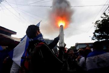 Diálogo en Nicaragua se mantiene estancado y continúa la violencia