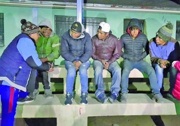 Salvan a cinco hombres  de ser quemados vivos por turba de pobladores