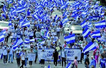 Miles de nicaragüenses marchan contra la destitución de médicos