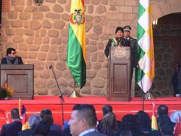 Evo destaca economía del país en medio de gritos de Bolivia dijo No