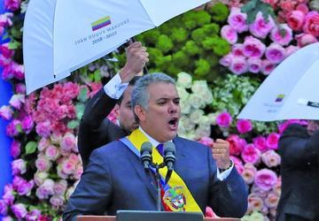 Iván duque jura a la presidencia y anuncia diálogo en Colombia