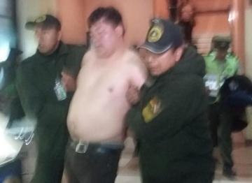 Diputado del MAS se desnuda en aeropuerto y la Policía lo detiene