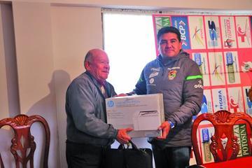 Equipos potosinos reciben equipamiento de la Federación Boliviana de Fútbol