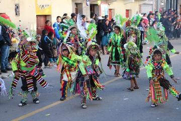 Niños bailan y lucen coloridas vestimentas