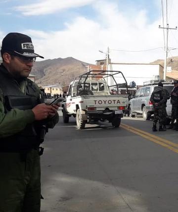 Comandante cambia a   jefes policiales de los comandos fronterizos
