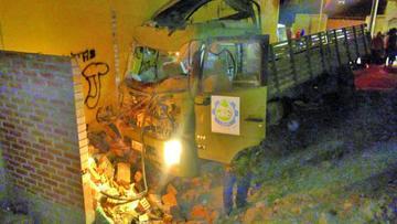 Camión del Ejército sufre un accidente y destruye algunas casetas