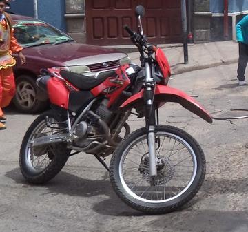 Buscan a los delincuentes que robaron una moto