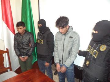 """Policía presenta a dos supuestos """"volteamuñecos"""" en Potosí"""
