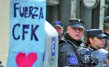 Registran las casas de Cristina Fernández por caso corrupción
