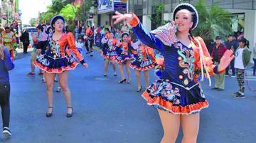Los bolivianos en Paraguay deslumbran con danzas