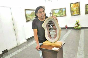 Escultor tupiceño recibe premio en Cochabamba