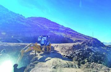 Empresa acelera trabajo de vía Cieneguillas Tinguipaya