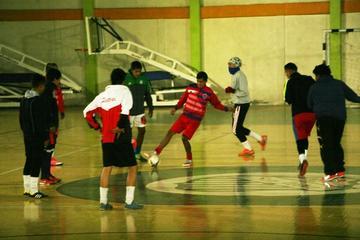 El técnico de Concepción se enfoca en mejorar el trato del balón de sus dirigidos