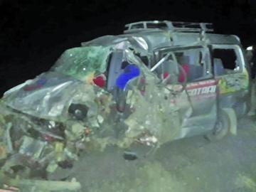Choque frontal de vehículos provoca la muerte de una persona y heridos