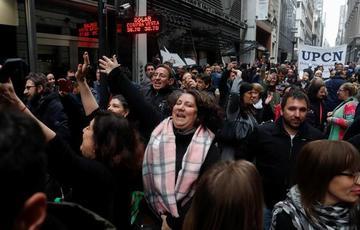 Macri reduce ministerios para bajar gastos y sube impuestos