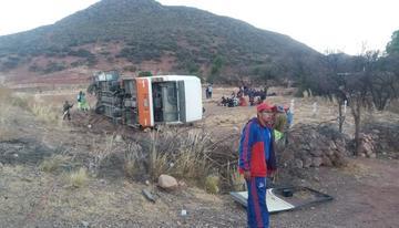 Un bus con delegación estudiantil vuelca y se  reporta cuatro heridos