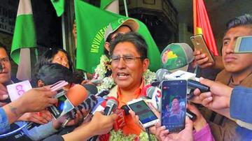 Gobernador Patzi entrega firmas al TSE para obtener personería