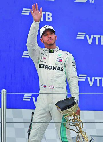 Bottas le regala el triunfo a Hamilton
