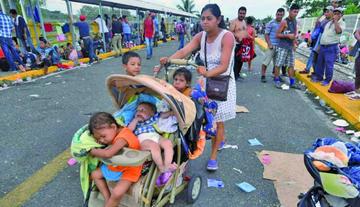 México abre la frontera a mujeres y niños de caravana de migrantes