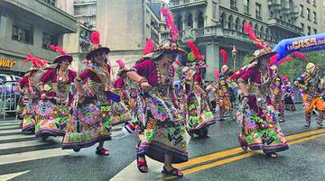 Diez mil personas danzan en Bolivia baila en Argentina
