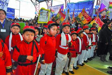 El bono Juancito Pinto beneficia a 2.2 millones de estudiantes del país