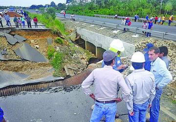 Suman seis los fallecidos por el colapso del trayecto de una vía