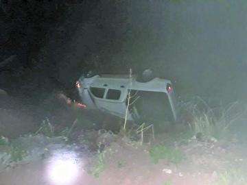 Chofer muere tras volcar y embarrancar su vehículo