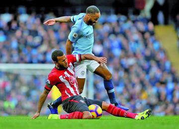 Manchester City golea y se queda solo en el liderato de la Premier