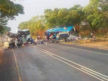 Choque de dos buses causa 47 personas muertas en Zimbabue