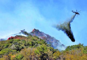 Vientos atizan incendios en EE.UU donde hay 31 muertos