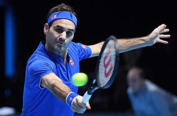 Federer gana y se mantiene con vida