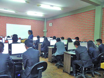 UATF aplica exámenes de ingreso a Odontología e Ingeniería Comercial