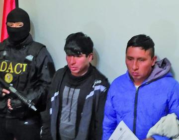 Policía presenta a supuestos cogoteros