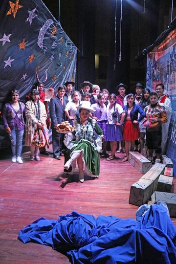 Estudiantes actúan en teatro la obra Supaypata Chakan